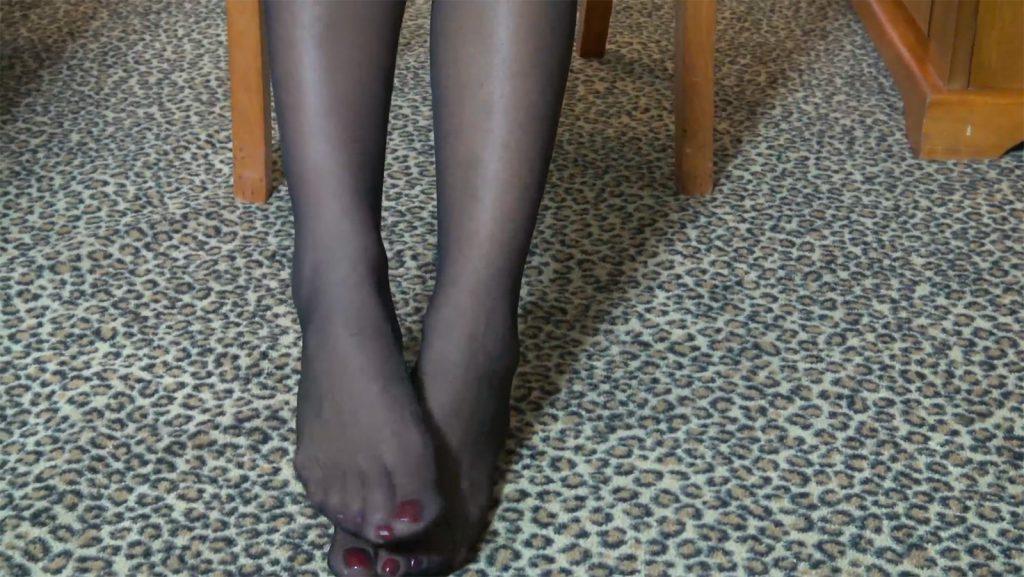 The sexy feet of an ebony prodom