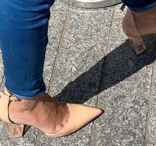 Transparent heel shoes for a metis girl